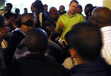 <p>Funcionário da bilheteria fala com a multidäo de fäs do futebol aguardando para comprar ingressos no distrito de Sandton, em Johanesburgo. A polícia foi chamada para controlar multidões enfurecidas tentando comprar ingressos para a Copa do Mundo nesta sexta-feira depois que o sistema de venda de ingressos da Fifa entrou em colapso. 27/05/20101 REUTERS/David Gray</p>