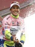 <p>28 maggio 2010, Ivan Basso festeggia la maglia rosa. REUTERS/Alessandro Garofalo</p>