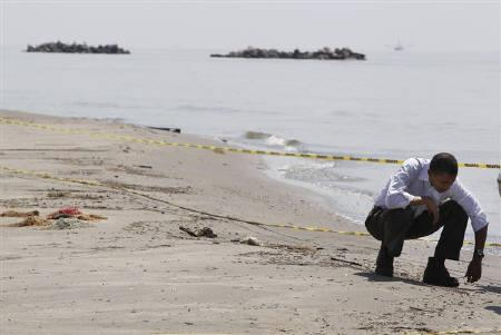 U.S. President Barack Obama survey damage along the Louisiana coastline at Fourchon Beach caused after a BP oil line ruptured in the Gulf of Mexico, May 28, 2010.  REUTERS/Larry Downing
