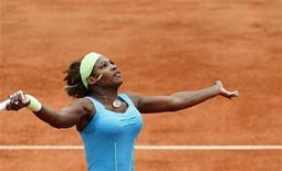 <p>A americana Serena Williams conseguiu sobreviver à sua partida deste sábado no Aberto da França com a ajuda de um médico, mas em nada lembrou seu compatriota Andy Roddick, que já arrumou as malas e partiu em busca das quadras de grama. REUTERS/Regis Duvignau</p>