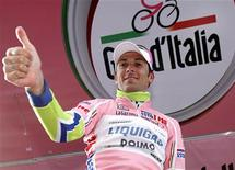 <p>Ivan Basso con la maglia rosa. REUTERS/Alessandro Garofalo</p>