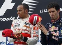 <p>Lewis Hamilton sul gradino più alto del podio del Gp di Turchia, accanto a Mark Webber, terzo. REUTERS/Leonhard Foeger</p>