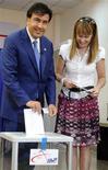 <p>Президент Грузии Михаил Саакашвили и его жена Сандра на избирательном участке в Тбилиси 30 мая 2010 года. Правящая партия Грузии и действующий мэр столицы лидируют на выборах в органы местного самоуправления, первых выборах, проводимых в стране после пятидневной войны с Россией в августе 2008 года и рассматриваемых как тест нынешних властей на демократию и подготовка к выборам президента. REUTERS/Irakli Gedenidze/Pool</p>