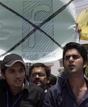 <p>Studenti pakistani protestano a Lahore contro Facebook per un concorso di vignette sul profeta Maometto. La foto è dello scorso 19 maggio. REUTERS/Idrees Boby</p>