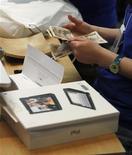 <p>Imagen de archivo de una persona comprando un computador iPad en una tienda de Apple, en Tokio. Mayo 28 2010. Gran Bretaña y Europa son los sitios donde cuesta más caro adquirir la nueva computadora iPad de Apple Inc, con precios casi un 25 por ciento mayores que en Estados Unidos, según descubrió un nuevo estudio. REUTERS/Kim Kyung-Hoon /ARCHIVO</p>