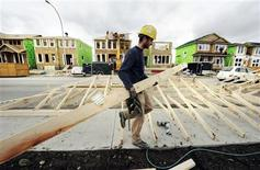 <p>A construction worker works on building new homes in Calgary, May 31, 2010. REUTERS/Todd Korol</p>