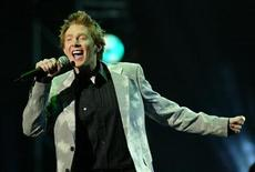 "<p>Singer Clay Aiken, an ""American Idol"" finalist performs onstage at the 31st annual American Music Awards in Los Angeles, November 16, 2003. REUTERS/Jim Ruymen</p>"