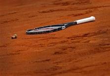 <p>Ракетка и пробка от шампанского лежат на корте после победы Италии на Кубка Федерации в Реджо-Калабрия 8 ноября 2009 года. Сборная России по теннису сыграет с командой Франции в первом раунде Кубка Федерации, свидетельствуют результаты жеребьевки, прошедшей в Париже в среду. REUTERS/Giampiero Sposito</p>