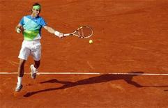 """<p>Рафаэль Надаль отбивает удар Николаса Альмагро в 1/4 финала Открытого чемпионата Франции по теннису """"Ролан Гаррос"""" в Париже 2 июня 2010 года. 3 июня 1986 года родился испанский теннисист Рафаэль Надаль, занимавший первое место в рейтинге лучших теннисистов мира. REUTERS/Bogdan Cristel</p>"""