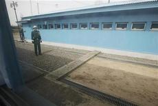 """<p>Южнокорейские солдаты на границе между двумя Кореями 14 апреля 2010 года. Южная Корея намерена обратиться в Совет Безопасности ООН с просьбой осудить уничтожение корвета """"Чхонан"""" северокорейскими военными, сообщил заместитель министра иностранных дел Южной Кореи Чхон Ён У. REUTERS/Lee Jae-Won</p>"""