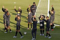 <p>Os jogadores da seleção brasileira de futebol acenam para o público antes do primeiro treino aberto na África do Sul, no estádio Dopsonville, que fica no histórico bairro de Soweto, em Johanesburgo. 03/06/2010 REUTERS/Paulo Whitaker</p>