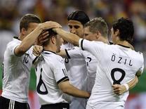 <p>Philipp Lahm (2o à esq.) e seus colegas de equipe comemoram seu gol contra a Bósnia em Frankfurt. A Alemanha venceu por 3 x 1 em seu último amistoso pré-Copa. 03/06/2010 REUTERS/Ralph Orlowski</p>