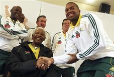 <p>O ex-presidente sul-africano, Nelson Mandela, se reúne nesta quinta-feira com a seleção de futebol da África do Sul, em Johanesburgo. 03/06/2010 REUTERS/Zwidephotos/Fundação Nelson Mandela/Divulgação</p>