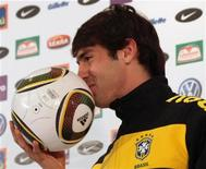 <p>Kaká beija a bola da Copa do Mundo durante coletiva de imprensa em Johanesburgo. Até então ela vinha sendo duramente criticada pela seleção brasileira, mas nesta sexta-feira a bola da Copa do Mundo foi à forra e ganhou o primeiro afago de um jogador do Brasil, um beijo em público de Kaká. 04/06/2010 REUTERS/Stringer</p>