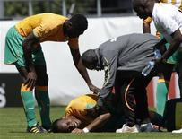 <p>Drogba recebe atendimento durante partida. O atacante Didier Drogba foi levado ao hospital depois de sofrer uma lesão no cotovelo no primeiro tempo do amistoso da Costa do Marfim contra o Japão nesta sexta-feira. A seleção africana venceu o jogo de preparação para a Copa do Mundo por 2 x 0.04/06/2010.REUTERS/Denis Balibouse</p>