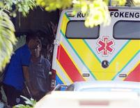 <p>Rio Ferdinand deixa hospital. A participação do capitão da Inglaterra Rio Ferdinand na Copa do Mundo está por um fio. O jogador foi fazer exames no seu joelho esquerdo lesionado e deixou o hospital de muletas.04/06/2010.REUTERS/Darren Staples</p>