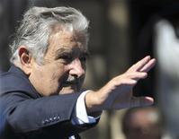 <p>Le président uruguayen, l'ancien guérillero José Mujica, ne mentionne dans sa déclaration officielle de patrimoine qu'une Volkswagen Coccinelle de 1987, d'une valeur de 1.600 euros. Mujica ajoute qu'il n'a ni dette, ni économies. /Photo prise le 1er mars 2010/REUTERS/Carlos Pazos</p>