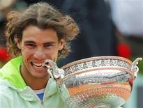 <p>O tenista espanhol Rafael Nadal posa com seu troféu após vencer o Aberto da França em Roland Garros, Paris, 6 de junho de 2010. adal conquistou seu quinto título no Aberto da França em seis anos ao vencer o sueco Robin Soderling na final deste domingo por 6-4, 6-2 e 6-4. REUTERS/Pascal Rossignol</p>