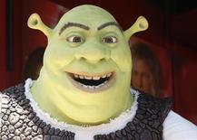 <p>Personagem'Shrek' aguarda cerimônia de inauguração do nome do astro de Hollywood na Calçada da Fama de Hollywood. O filme derrotou duas novas comédias e ficou com o primeiro lugar nas paradas americanas, pela terceira semana seguida, de acordo com estimativas divulgadas pelo estúdio nesse domingo. 20/05/2010 REUTERS/Fred Prouser</p>