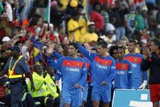 <p>Jogador da seleção portuguesa Cristiano Ronaldo (4o à esq) acena aos fãs durante o primeiro treino da equipe em Magaliesburg. A primeira sessão de treinos foi assistida por cerca de dois mil torcedores neste domingo, uma indicação da popularidade do time na comunidade imigrante local. 06/06/2010 REUTERS/Radu Sigheti</p>