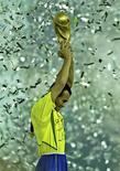 <p>Капитан сборной Бразилии Кафу держит победный трофей чемпионата мира по футболу в Иокогаме 30 июня 2002 года. 7 июня 1970 года родился бразильский футболист Кафу. Двухкратный чемпион мира, серебряный медалист чемпионата мира 1998 года. Трижды играл в финале Мундиаля. REUTERS/Dylan Martinez</p>