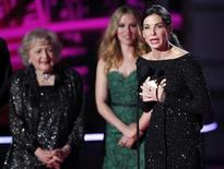 """<p>La actriz Sandra Bullock, recibiendo un premio en los MTV Movie Awards en Los Angeles. Jun 6 2010. Sandra Bullock realizó su primera aparición pública desde que se revelaron las relaciones extramatrimoniales de su esposo, participando en una ceremonia de premiación de Hollywood en la noche del sábado y comparó su vida reciente con una """"explosión"""". REUTERS/Mario Anzuoni</p>"""