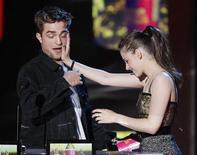"""<p>Os atores Robert Pattinson e Kristen Stewart (dir) recebem prêmio de Melhor Beijo e tentam se beijar no MTV Movie Awards. O segundo filme de """"Crepúsculo"""" recebeu cinco prêmios do MTV Movie Awards no domingo, assim como ocorrera há um ano com o episódio inicial. 06/06/2010 REUTERS/Mario Anzuoni</p>"""