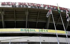 <p>Funcionários colocam cartaz em frente ao estádio do Morumbi anunciando o Brasil como anfitrião da Copa do Mundo de 2014. O governo federal está frustrado com o que o ministro dos Esportes, Orlando Silva, chamou de falta de empenho da cidade e do Estado de São Paulo na adaptação do estádio do Morumbi às regras da Fifa para utilizá-lo na Copa do Mundo de 2014. 30/10/2007 REUTERS/Rickey Rogers</p>