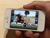 <p>Le directeur général d'Apple, Steve Jobs, a dévoilé lundi l'iPhone de quatrième génération avec l'espoir de maintenir la prédominance de la marque à la pomme sur le marché de plus en plus concurrentiel des smartphones. /Photo prise le 7 juin 2010/REUTERS/Robert Galbraith</p>