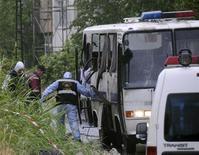 <p>Полицейские работают на месте взрыва в Стамбуле 8 июня 2010 года. В результате взрыва придорожной бомбы в Стамбуле пострадали 15 полицейских, которые в это время находились в микроавтобусе, сообщает правительственное новостное агентство Anatolian. REUTERS/Stringer</p>