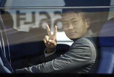 <p>Atacante da seleção norte-coreana Jong Tae-se ao chegar no aeroporto de Johanesburgo com a equipe. Jong Tae-se prevê uma surpreendente vitória da equipe asiática sobre o Brasil.01/06/2010 REUTERS/Siphiwe Sibeko</p>