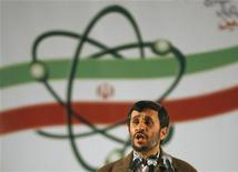 <p>Президент Ирана Махмуд Ахмадинежад выступает на церемонии открытия завода по обогащению урана в городе Натанз 9 апреля 2007 года. Совет безопасности Организации объединенных наций в среду наложит новые санкции на Иран в связи с его ядерной программой, которую западные державы считают направленной на создание атомного оружия. REUTERS/Caren Firouz</p>