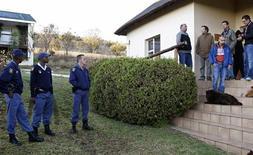 <p>Policiais sul-africanos e jornalistas portugueses aguardam na recepção do hotel Nutbush Loma Lodge depois de um assalto a mão armada, em Magaliesburgo. Dois assaltantes passaram despercebidos por dois quartos onde jornalistas estavam dormindo e assaltaram um fotógrafo, levando equipamentos. 09/06/2010 REUTERS/Stringer</p>