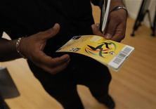 <p>Torcedor sul-africano segura ingressos para a Copa do Mundo em Soweto, próximo a Johanesburgo. O governo da África do Sul divulgou um alerta dizendo que vai punir duramente comportamento ilegal ou agressivo durante a Copa do Mundo e prometeu restringir a venda de ingressos falsos. 15/04/2010 REUTERS/Mike Hutchings</p>