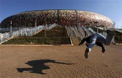 <p>A sports enthusiast performs martial arts outside the Soccer City stadium in Soweto, Johannesburg, June 9, 2010. REUTERS/Thomas Mukoya</p>