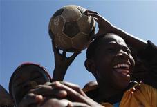<p>Crianças fazem festa em Johanesburgo à espera de autoridades australianas. Roubos têm estragado o clima da Copa. REUTERS/Daniel Munoz</p>