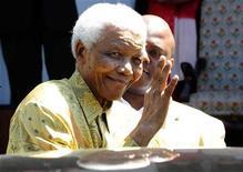 <p>Nelson Mandela, deixando um almoço com ex-presos políticos encarcerados na ilha de Robben, Cidade do Cabo. O ex-presidente da África do Sul de 91 anos, pretende fazer uma breve participação na partida de abertura da Copa do Mundo, na sexta-feira, segundo os organizadores do evento. 12/02/2010 REUTERS/Elmond Jiyane/Handout</p>