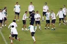 <p>Команда Мексики на тренировке в Йоханнесбурге 10 июня 2010 года. Хозяева чемпионата мира по футболу сборная ЮАР встретится со сборной Мексики в первом матче турнира в пятницу. REUTERS/Jorge Silva</p>