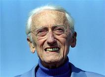 <p>Foto de arquivo do explorador marítimo francês Jacques Cousteau. Uma homenagem no Congresso dos Estados Unidos, um evento de arrecadação para a reforma do mais famoso navio de pesquisas do mundo e missões navais marcaram nesta sexta-feira o centésimo aniversário de Cousteau, que morreu em Paris em 1997. 09/04/1995 REUTERS/Eric Gaillard</p>