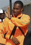 <p>Didier Drogba da seleção da Costa do Marfim acena aos torcedores no aeroporto O.R. Tambo em Johanesburgo. Os elefantes enfrentam o Portugal pelo grupo G na terça, mas dependem da condição física do atacante talismã da equipe, Didier Drogba, para a vitória e os gols. 10/06/2010 REUTERS/Amr Abdallah Dalsh</p>