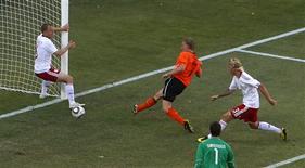<p>Kuyt marca o segundo gol da Holanda. A Holanda precisou de um gol contra e um gol no fim do atacante Dirk Kuyt para começar com vitória sua campanha na Copa do Mundo, batendo a Dinamarca por 2 x 0 na partida que abriu o Grupo E nesta segunda-feira.14/06/2010.REUTERS/David Gray</p>