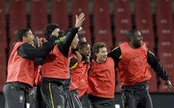 <p>Jogadores brasileiros participam do último treino antes de estreia na Copa da África do Sul. REUTERS/Paulo Whitaker</p>