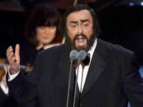 """<p>Foto de archivo del fallecido tenor italiano Luciano Pavarotti durante su presentación del aria """"Nessum Dorma"""" de la ópera """"Turandot"""", durante la entrega de los premios Grammy en Estados Unidos, feb 24 1999. Aunque sonó constantemente antes del inicio del Mundial de fútbol, los oyentes de la BBC radio han dado la espalda al """"Nessun Dorma"""", el aria de Puccini que Luciano Pavarotti convirtió en sinónimo de fútbol. REUTERS/Gary Hershorn</p>"""