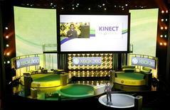 """<p>Microsoft commercialisera """"Kinect"""", son système de jeu vidéo à capture de mouvements, le 4 novembre. Le système Kinect est composé d'un boîtier relié à la console qui capte, via trois caméras, les mouvements du corps et de la main du joueur. Celui-ci contrôle le jeu par des commandes vocales et n'a ainsi plus besoin de manette. /Photo prise le 14 juin 2010/REUTERS/Mario Anzuoni</p>"""
