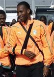 <p>Didier Drogba da Costa do Mafrim no aeroporto O.R. Tambo de Johanesburgo. O atacante poderá usar uma proteção no braço durante a partida de sua seleção contra Portugal, aprovada pelo árbitro da partida e pela seleção portuguesa. 10/06/2010 REUTERS/Adnan Abidi</p>