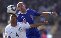 <p>Winston Reid da Nova Zelândia(esq) e Robert Vittek da Eslováquia durante jogo do grupo F da Copa do Mundo em Rustenburg. O resultado foi de 1 x 1 com gols dos dois jogadores. 15/06/2010 REUTERS/Marcos Brindicci</p>