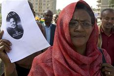 <p>A supporter of Ethiopia's Unity for Democracy and Justice party (UDJ) holds a portrait of Birtukan Mideksa during a demonstration in the capital Addis Ababa, April 16, 2009. REUTERS/Irada Humbatova</p>