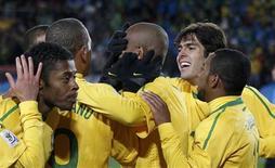 <p>Maicon comemora com jogadores gol na vitória do Brasil por 2 x 1 sobre a Coreia do Norte na estreia na Copa. REUTERS/Siphiwe Sibeko</p>