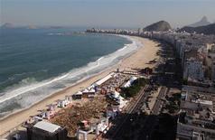 <p>Torcedores se reúnem na praia de Copacabana, no Rio de Janeiro, em área da Fifa para transmissão de jogos: governo espera expandir turismo até a Copa de 2014, que será realizada no país. REUTERS/Stringer</p>