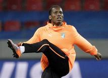 <p>Capitão e importante atacante de Costa do Marfim Didier Drogba, que fraturou o braço há 11 dias, participa de treino na África do Sul e disse estar pronto para enfrentar o Brasil no domingo. REUTERS/Denis Balibouse</p>